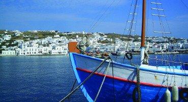 Le piccole isole insidiano Mykonos e Santorini